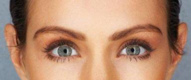 Frau schaut in die Kamera. Ausschnitt zeigt nur die Augenpartie.