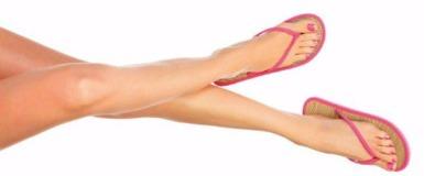 Gepflegte Frauenbeine, an den Füßen FlipFlops.