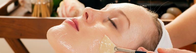 Frau enstpannt während einer Gesichtsbehandlung.